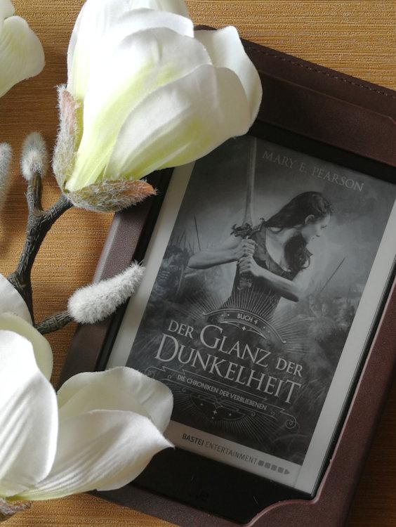 """""""Die Chroniken der Verbliebenen (4) – Der Glanz der Dunkelheit"""" von Mary E. Pearson"""